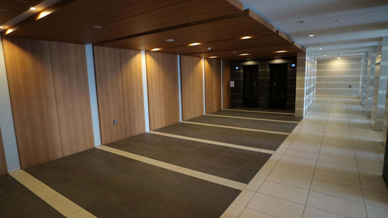 参番館の廊下とエレベーター