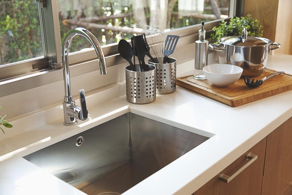 【便利アイテムも】おしゃれと清潔感を両立したキッチンで料理の腕を振るおう