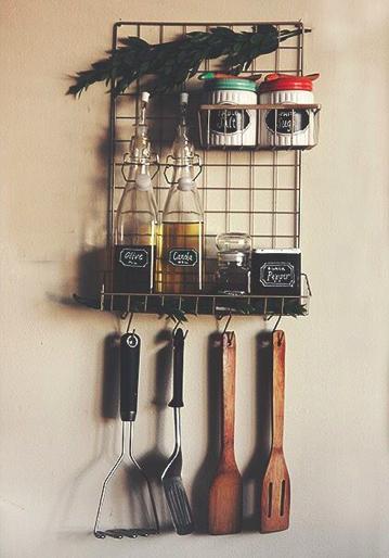 専用のワイヤーかごを組み合わせた収納棚