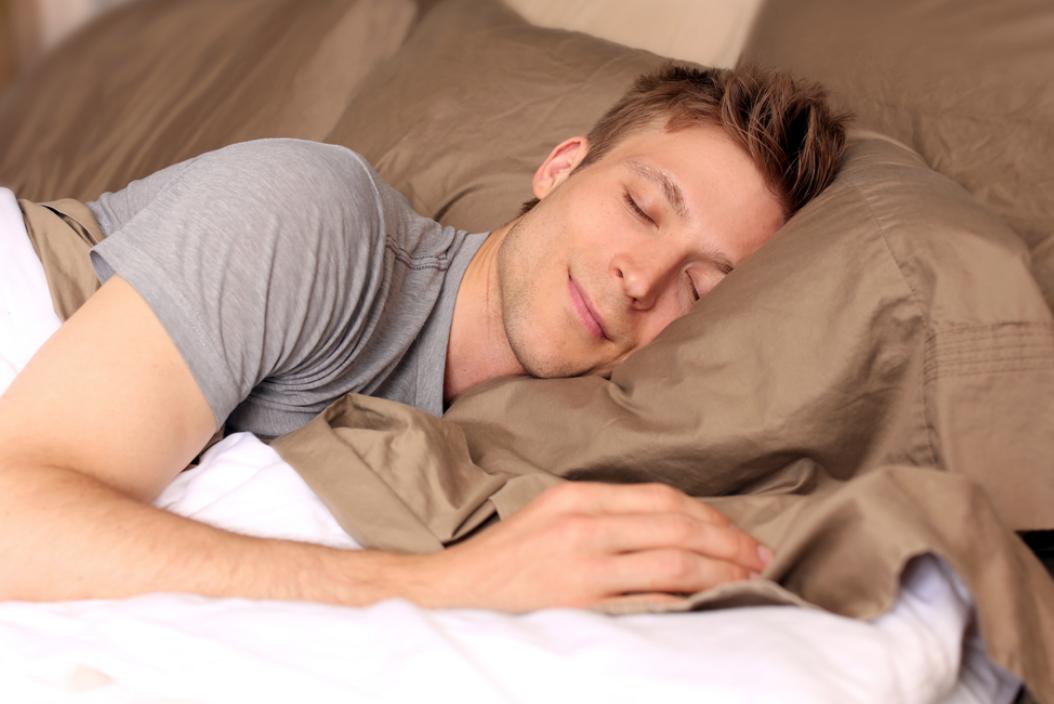 枕を用いて寝る男性