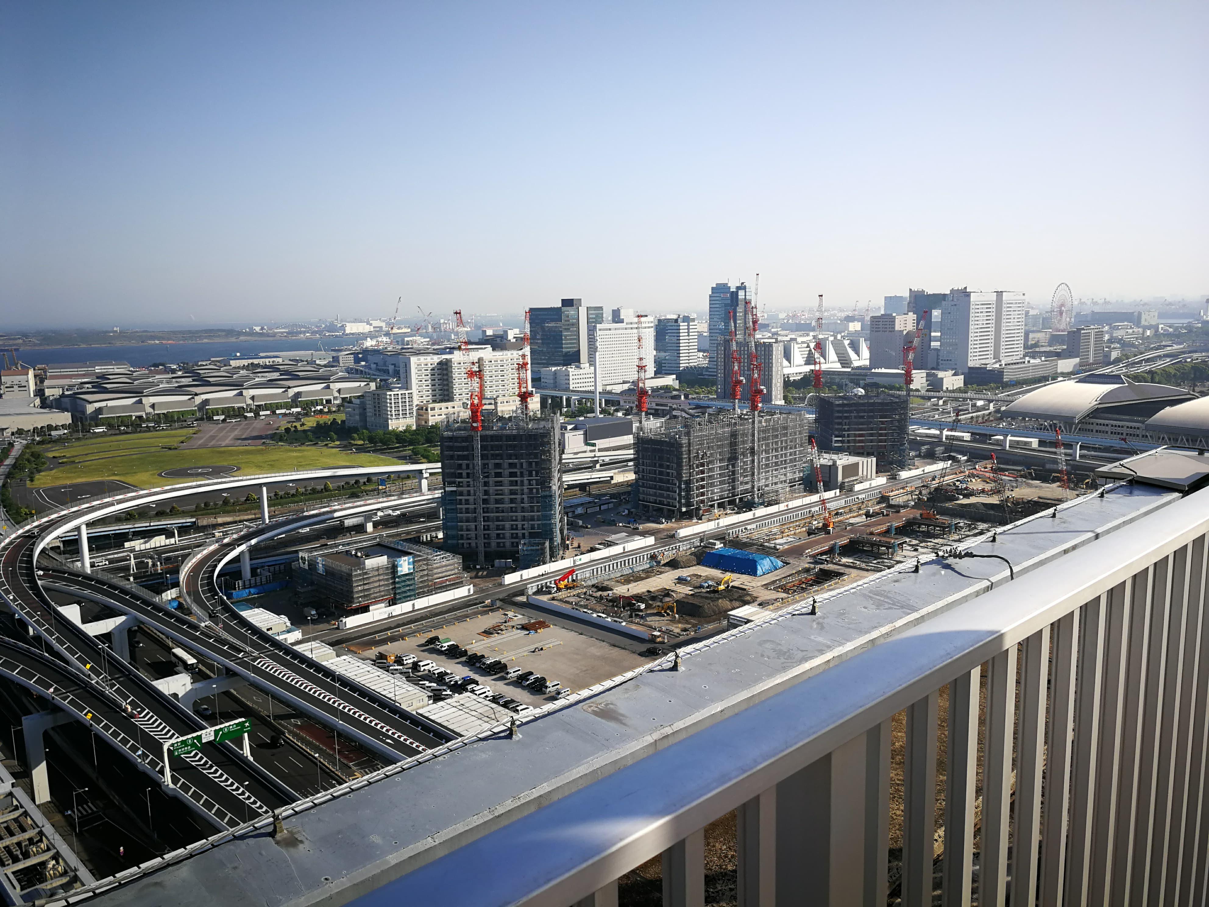 シティタワー有明 隣の屋上から見るシティタワーズ東京ベイ
